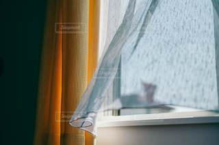 風になびくカーテンレースの写真・画像素材[3333637]