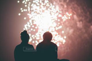 花火を見上げるカップルの写真・画像素材[3610125]