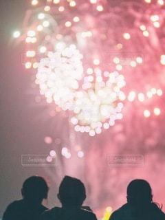 見上げる花火の写真・画像素材[3610124]