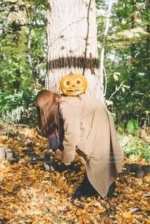 背中にかぼちゃの写真・画像素材[3713813]