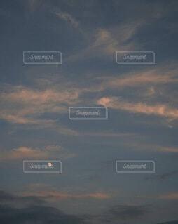 雲の群と月の写真・画像素材[3763034]