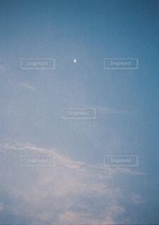朝焼けと月の写真・画像素材[3763036]