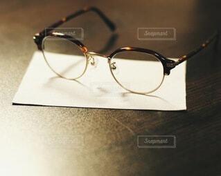 テーブルの上のメガネの写真・画像素材[3780443]