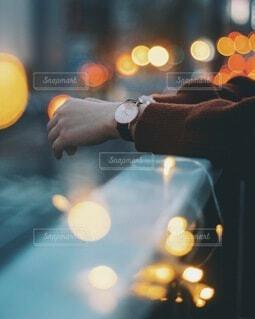ブラウンの時計をつけてる女性の手元の写真・画像素材[3793960]