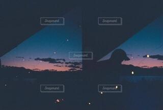 マジックアワーと月とテントの写真・画像素材[3947972]