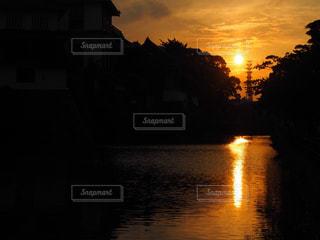 水面に映る夕陽の写真・画像素材[1287850]