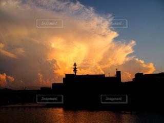 水の体の上の夕日の写真・画像素材[2439758]