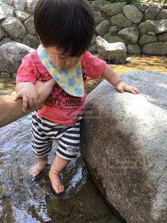 子ども,公園,夏,屋外,川,人物,幼児,男の子,川遊び,1歳児,熱中症対策