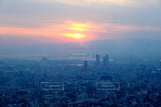 背景に都市がある大きな水域の写真・画像素材[4892051]