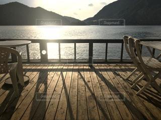 カフェ,夕日,湖,海辺,水面,夕陽,木目,カフェテラス,三角西港