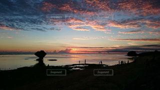 自然,風景,海,空,夕焼け,夕暮れ,海岸,沖縄,人