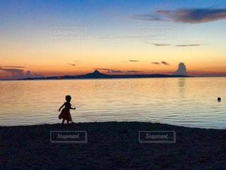空,ビーチ,雲,親子,夕焼け,夕暮れ,船,海岸,沖縄,姉妹,想い出,景観