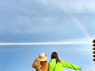 空に虹を持つ人の写真・画像素材[1404294]