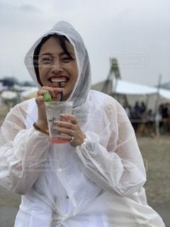 雨,女,笑顔,梅雨,天気,レインコート,雨雲,ポンチョ,濡れ,梅ソーダ
