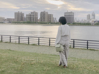 風景,後ろ姿,川辺,川,水面,人物,背中,人,後姿,新潟,やすらぎ堤