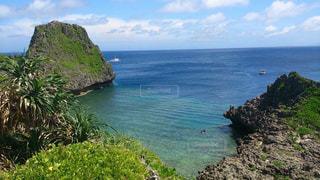 水の体の真ん中に島の写真・画像素材[1385293]