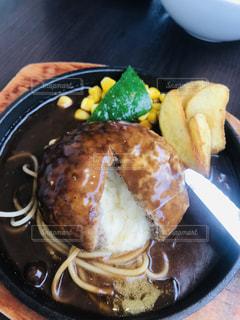 近くに食べ物のプレートのアップの写真・画像素材[1650822]