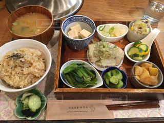 テーブルの上に食べ物のボウルの写真・画像素材[1290257]