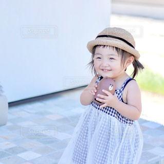 帽子をかぶった小さな女の子の写真・画像素材[1352802]