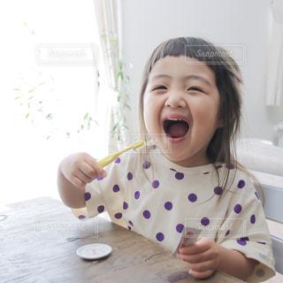 歯を磨く小さな女の子の写真・画像素材[2495881]