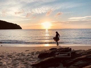 女性,海,空,夕日,砂浜,夕暮れ,沖縄,オレンジ,人物,旅,座間味島,離島
