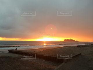 水の体に沈む夕日の写真・画像素材[1291841]