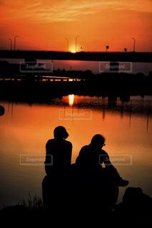 水の体に沈む夕日の写真・画像素材[1291830]
