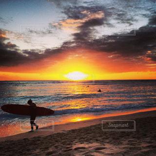 海,サーフボード,夕焼け,水平線,ハワイ,黄昏,ワイキキ,バケーション,1日の終わり