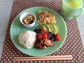 テーブルの上に食べ物のプレートの写真・画像素材[1291311]