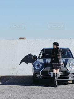 女性,屋外,黒,ベレー帽,人物,自動車,コーディネート,コーデ,ブラック,ライダース,革ジャン