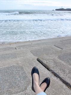 ファッション,海,屋外,砂,ビーチ,砂浜,黒,波,水面,海岸,バレエシューズ,人物,人,地面,コーディネート,コーデ,パンプス,渚,ブラック,履物,黒コーデ
