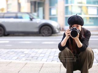 女性,ファッション,カメラ,カメラ女子,屋外,黒,帽子,道路,女子,女の子,ベレー帽,人物,人,コーディネート,コーデ,通り,一眼レフ,車両,ブラック,黒コーデ,ブラックコーデ,カーキパンツ