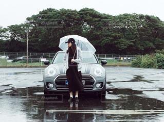 ファッション,風景,雨,傘,屋外,ワンピース,黒,帽子,樹木,人物,人,コーディネート,コーデ,キャップ,車両,ブラック,黒コーデ,キャップ女子,キャップ帽,黒ワンピ