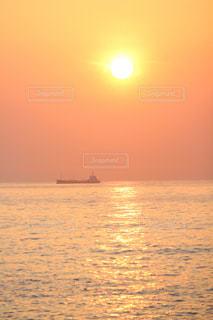 自然,風景,海,空,太陽,晴れ,船,水面,海岸,夜明け,光,旅行,レジャー,快晴