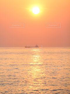 海,空,屋外,太陽,朝日,ビーチ,海辺,船,水面,海岸,夜明け,光,日の出,レジャー,グラデーション
