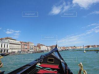 水の体の横にボートをドッキングします。の写真・画像素材[1385819]