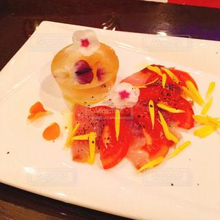テーブルの上に食べ物のプレートの写真・画像素材[1292464]