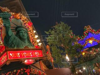 夜ライトアップされたクリスマス ツリーの写真・画像素材[1709753]