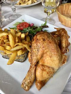 テーブルの上に食べ物のプレートの写真・画像素材[1293258]