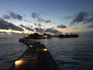 海,空,モルディブ,夜景,絶景,太陽,夕暮れ,水上コテージ