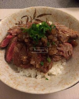 皿のご飯肉と野菜料理の写真・画像素材[1295137]