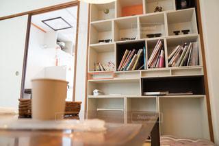 カフェと本棚の写真・画像素材[1309863]
