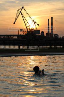 夕日,プール,夕焼け,夕暮れ,クレーン,工場夜景,海洋文化センター,海水プール