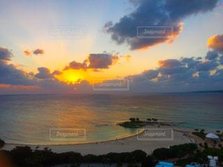自然,風景,海,空,夕日,雲,夕暮れ,海辺,水面,沖縄県