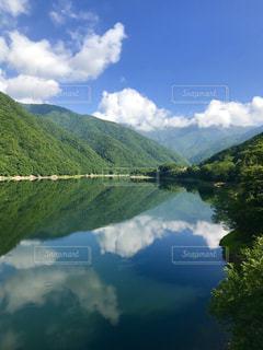 夏の朝の湖の写真・画像素材[1405705]