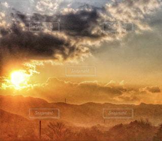 夕日,太陽,雲,山々,黄昏,黄金