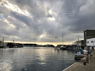 ボートは水域の隣にドッキングされるの写真・画像素材[2365133]