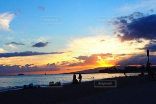 水の体に沈む夕日の写真・画像素材[1297480]