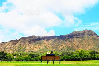 山の前にあるベンチの写真・画像素材[1314251]