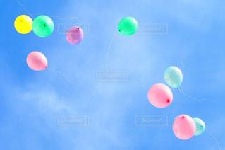 空に凧の飛行の人々 のグループの写真・画像素材[1314316]